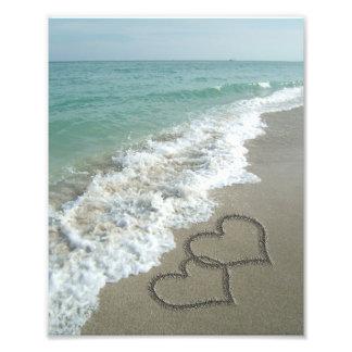 Dos corazones de la arena en la playa, océano romá fotografías
