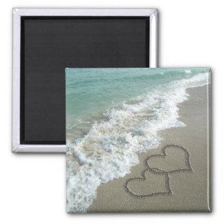 Dos corazones de la arena en la playa, océano romá imán cuadrado