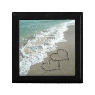 Dos corazones de la arena en la playa, océano romá joyero cuadrado pequeño