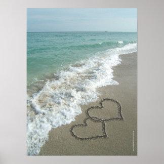 Dos corazones de la arena en la playa, océano romá impresiones