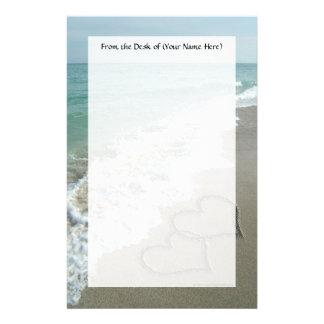 Dos corazones de la arena en la playa, océano romá papelería