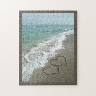 Dos corazones de la arena en la playa, océano romá rompecabeza