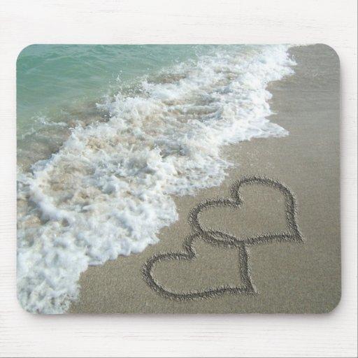 Dos corazones de la arena en la playa, océano romá alfombrillas de ratón