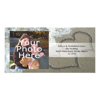 Dos corazones de la arena en la playa, océano tarjeta con foto personalizada