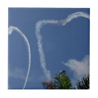 dos corazones dibujados por los aeroplanos sobre l azulejo cuadrado pequeño