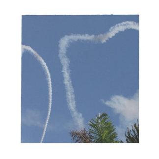 dos corazones dibujados por los aeroplanos sobre l blocs de notas