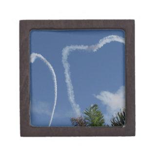 dos corazones dibujados por los aeroplanos sobre l cajas de joyas de calidad