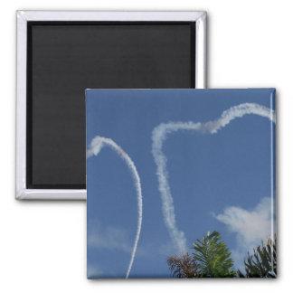 dos corazones dibujados por los aeroplanos sobre l imán cuadrado