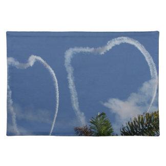 dos corazones dibujados por los aeroplanos sobre l mantel