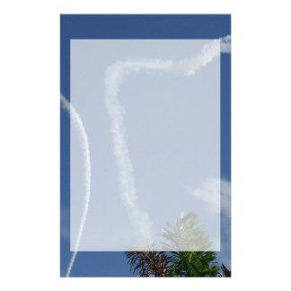 dos corazones dibujados por los aeroplanos sobre l  papeleria de diseño