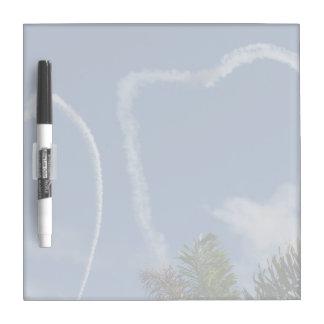 dos corazones dibujados por los aeroplanos sobre l tablero blanco