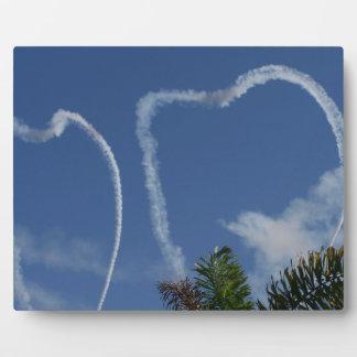 dos corazones dibujados por los aeroplanos sobre l placa para mostrar