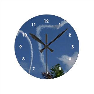dos corazones dibujados por los aeroplanos sobre l reloj redondo mediano