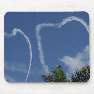 dos corazones dibujados por los aeroplanos sobre l tapetes de raton