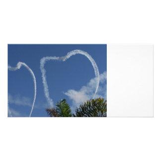 dos corazones dibujados por los aeroplanos sobre l plantilla para tarjeta de foto