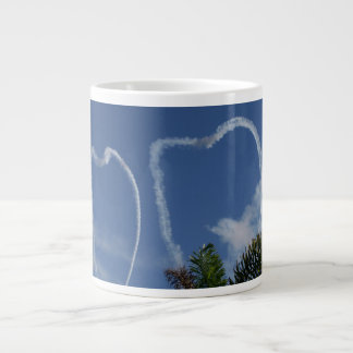 dos corazones dibujados por los aeroplanos sobre l taza de café grande