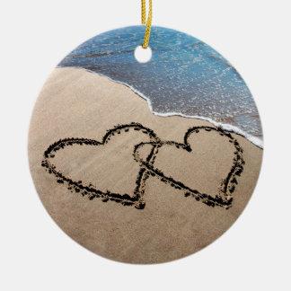 Dos corazones en el ornamento de la arena ornamentos de reyes magos
