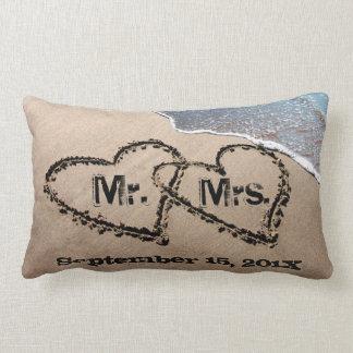 Dos corazones en la almohada del boda de la arena