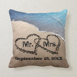 Dos corazones en la almohada del boda de playa de