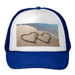Dos corazones en la arena gorros bordados