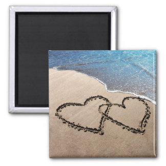 Dos corazones en la arena imán cuadrado