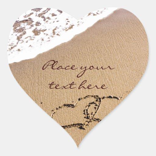 Dos corazones en la arena pegatina en forma de corazón