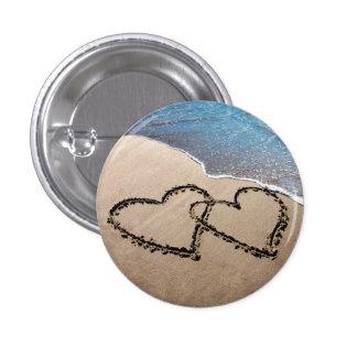 Dos corazones en la arena pin redondo 2,5 cm