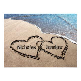 Dos corazones en la invitación del boda de playa