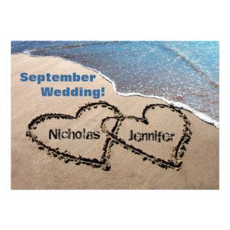 Dos corazones en la invitación del boda de playa d