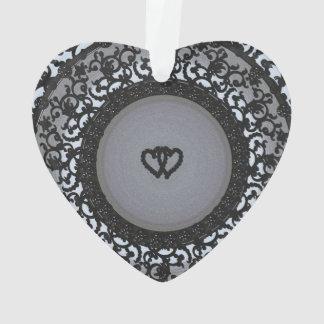 Dos corazones ennegrecen mirada de la lentejuela
