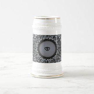 Dos corazones ennegrecen mirada de la lentejuela jarra de cerveza
