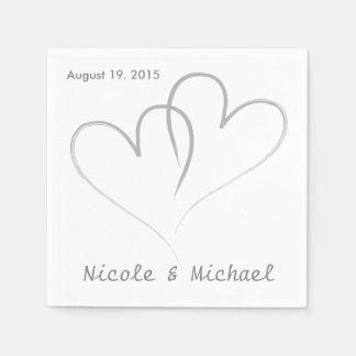Dos corazones entrelazados casando las servilletas servilleta de papel