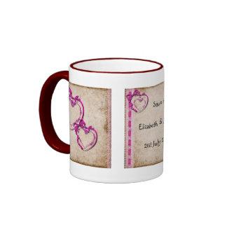Dos corazones junto tazas de café