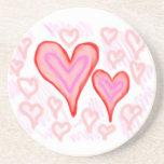 Dos corazones púrpuras rosados rojos rodeados por  posavasos manualidades