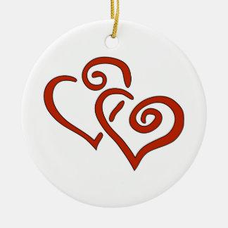 Dos corazones rojos del el día de San Valentín con Ornamentos Para Reyes Magos
