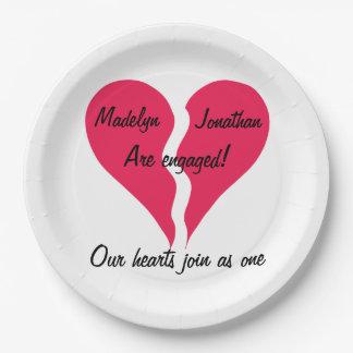 Dos corazones se unen a como un nombre personalizó plato de papel de 9 pulgadas