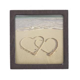 Dos corazones sobrepuestos dibujados en la playa c cajas de joyas de calidad