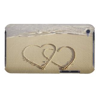 Dos corazones sobrepuestos dibujados en la playa c iPod Case-Mate coberturas