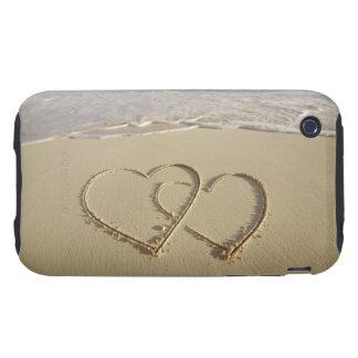 Dos corazones sobrepuestos dibujados en la playa c tough iPhone 3 funda