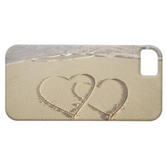 Dos corazones sobrepuestos dibujados en la playa c iPhone 5 Case-Mate funda