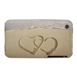 Dos corazones sobrepuestos dibujados en la playa c iPhone 3 funda