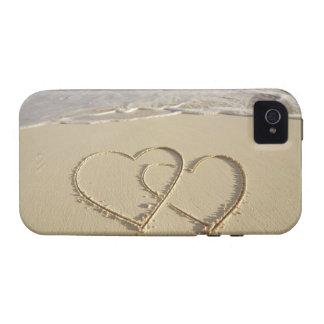 Dos corazones sobrepuestos dibujados en la playa c iPhone 4 funda