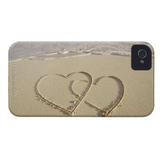 Dos corazones sobrepuestos dibujados en la playa c iPhone 4 carcasa