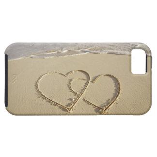 Dos corazones sobrepuestos dibujados en la playa iPhone 5 carcasa