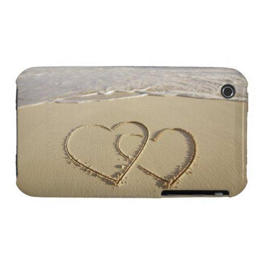 Dos corazones sobrepuestos dibujados en la playa Case-Mate iPhone 3 protectores