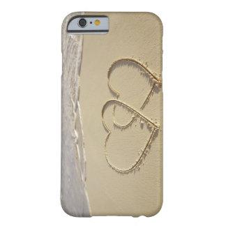 Dos corazones sobrepuestos dibujados en la playa funda de iPhone 6 barely there