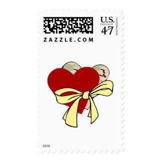 Dos corazones y cinta amarilla estampillas
