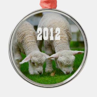 Dos corderos que pastan el ornamento adorno de reyes