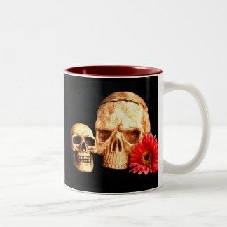 Dos cráneos y una margarita taza de dos tonos