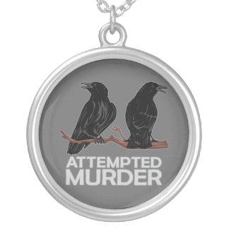 Dos cuervos = intentos de asesinato collar plateado